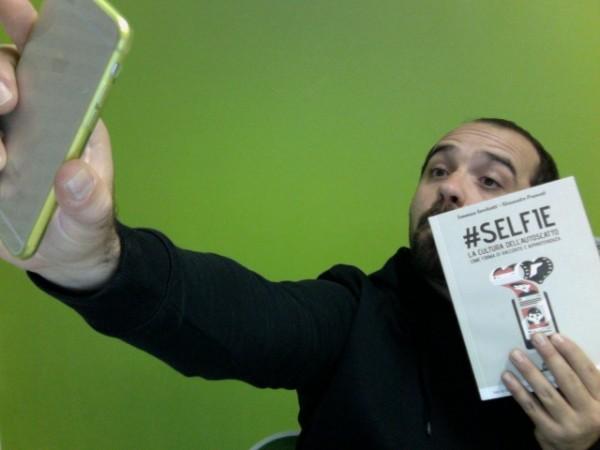 selfie-autoscatto-libro